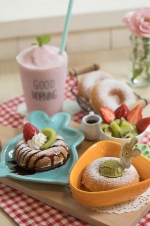 「兔兔愛紅蘿蔔」以甜甜圈造型的香綿鬆餅搭配冰淇淋、水果,餐點萌萌噠!(260元/份)