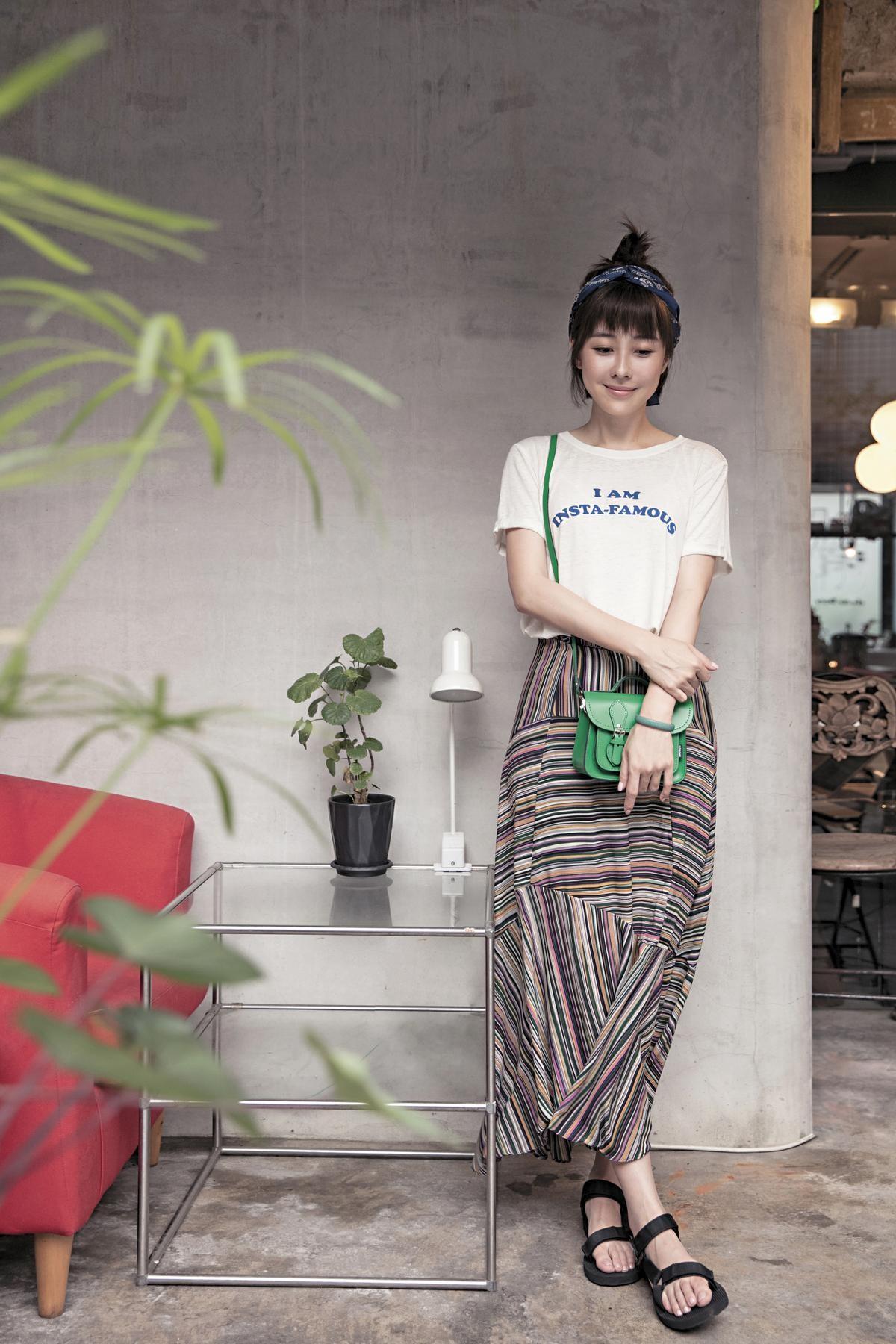 FOREVER 21白色T-Shirt,約NT$500;VETIVER條紋長裙,約NT$1,600;TEVA涼鞋,廠商贈送。