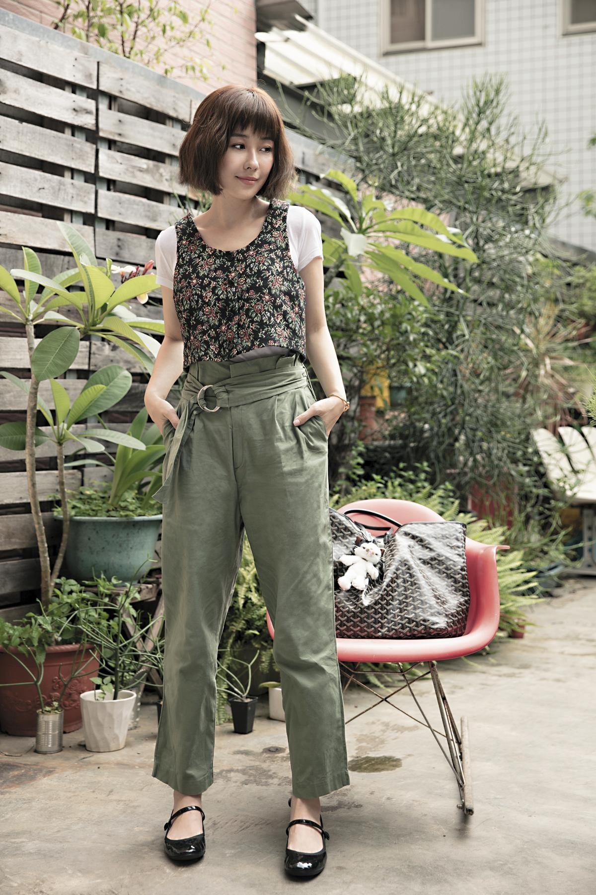 Ray Beams白色T-Shirt,約NT$1,000;Theopen Product碎花背心,約NT$2,000;DAYRAN綠色棉質寬版褲,約NT$1,600;GOYARD購物袋,約NT$50,000;repetto娃娃鞋,約NT$12,000。
