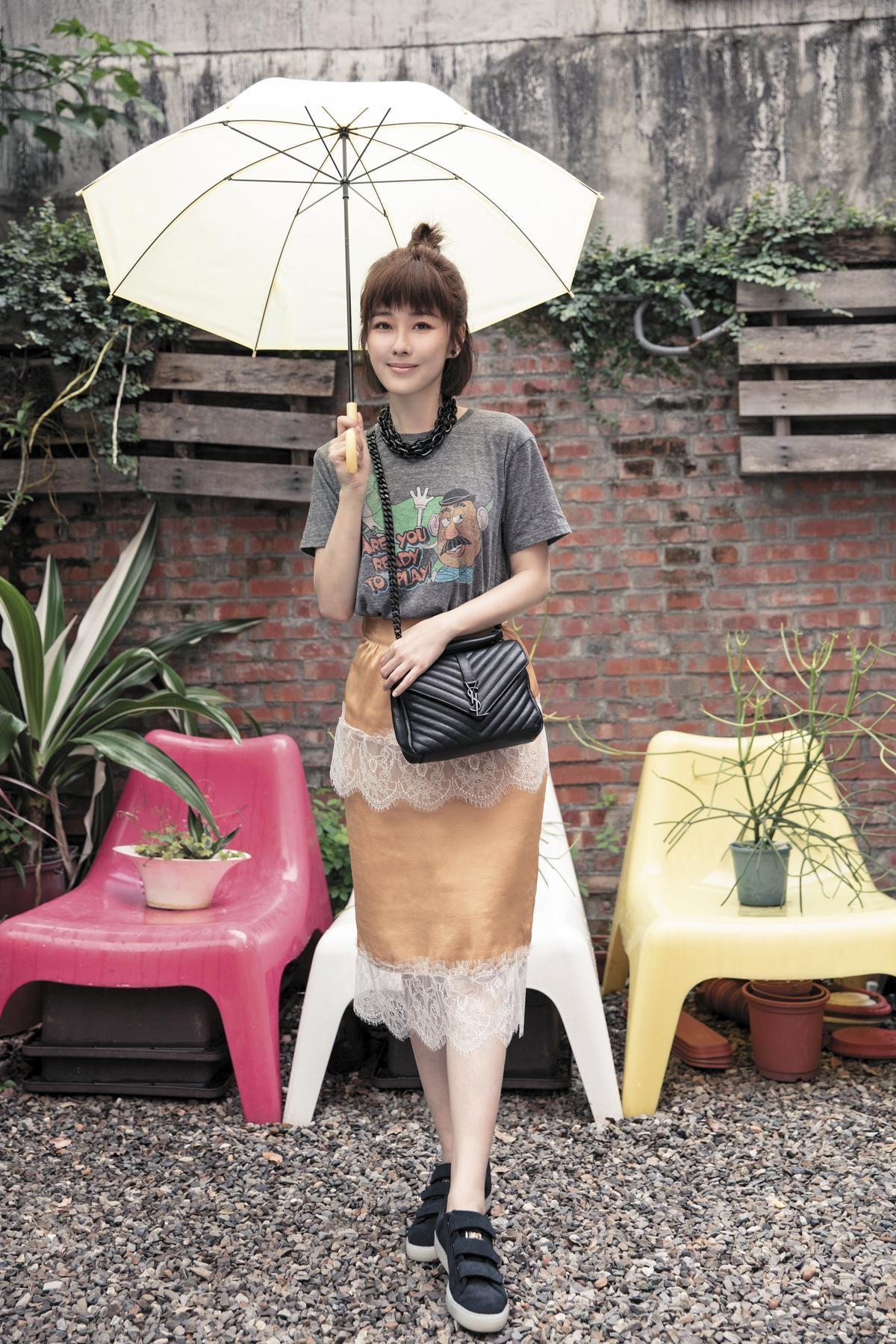 Double Name灰色T-Shirt,約NT$1,500;MAMA STUDIO芥末黃色蕾絲裙,約NT$2,000;YSL鍊帶包,約NT$80,000;PUMA x CAREAU聯名鞋款,約NT$5,000。