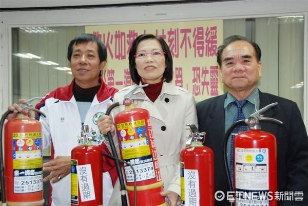 ▲台南市議員王峻潭(左一)對消防人員及時撲滅火勢表示感謝,也謝謝各界關心。 (圖/記者林悅翻攝)