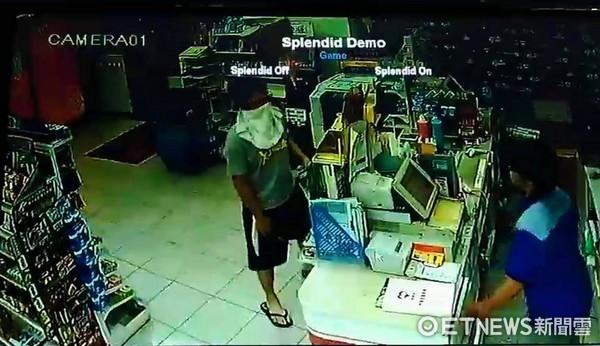 ▲許男亮出刀械要求店員乖乖把錢交出來。(圖/記者陳豐德翻攝)