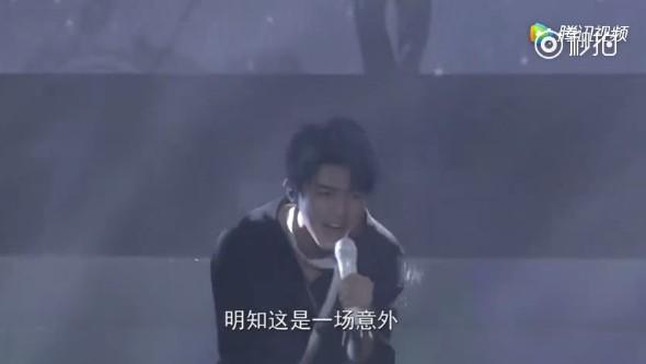 ▲王俊凱演唱薛之謙《意外》。(圖/翻攝自微博)