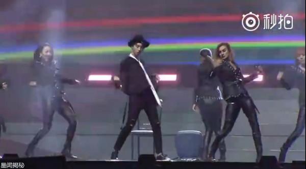 ▲王俊凱SOLO舞蹈,和女舞群跳「椅子舞」性感激撩。(圖/翻攝自微博)