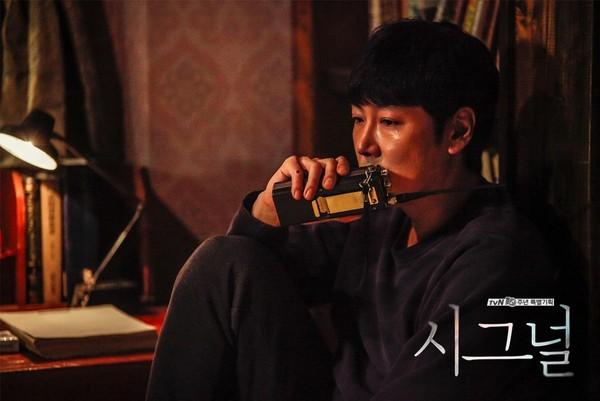 從刑事案件下手的《Signal信號》,讓人看到十年一練的劇本功在韓劇中清楚收割。(tvN提供)