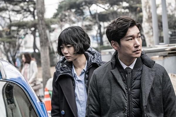 《秘密森林》的主角曹承佑(右)與裴斗娜,都被超強劇本吸引加入演出。(Netflix提供)