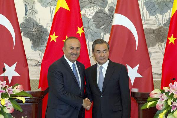 ▲▼中國外交部長王毅與土耳其外長卡武索格盧。(圖/達志影像/美聯社)