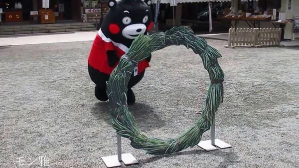 熊本熊挑戰「茅輪驅邪」屁股卡住..瞬間變成搖呼拉圈XD(圖/翻攝自YouTube /モン雅)