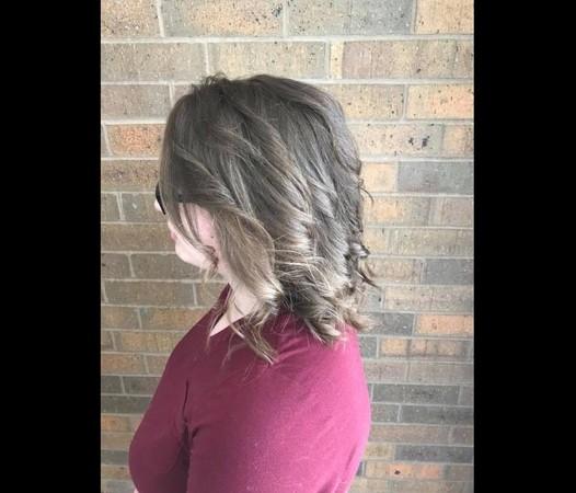 ▲▼ 美國愛荷華一位美髮師幫憂鬱少女改造髮型。(圖/翻攝自臉書/Kayley Olsson)