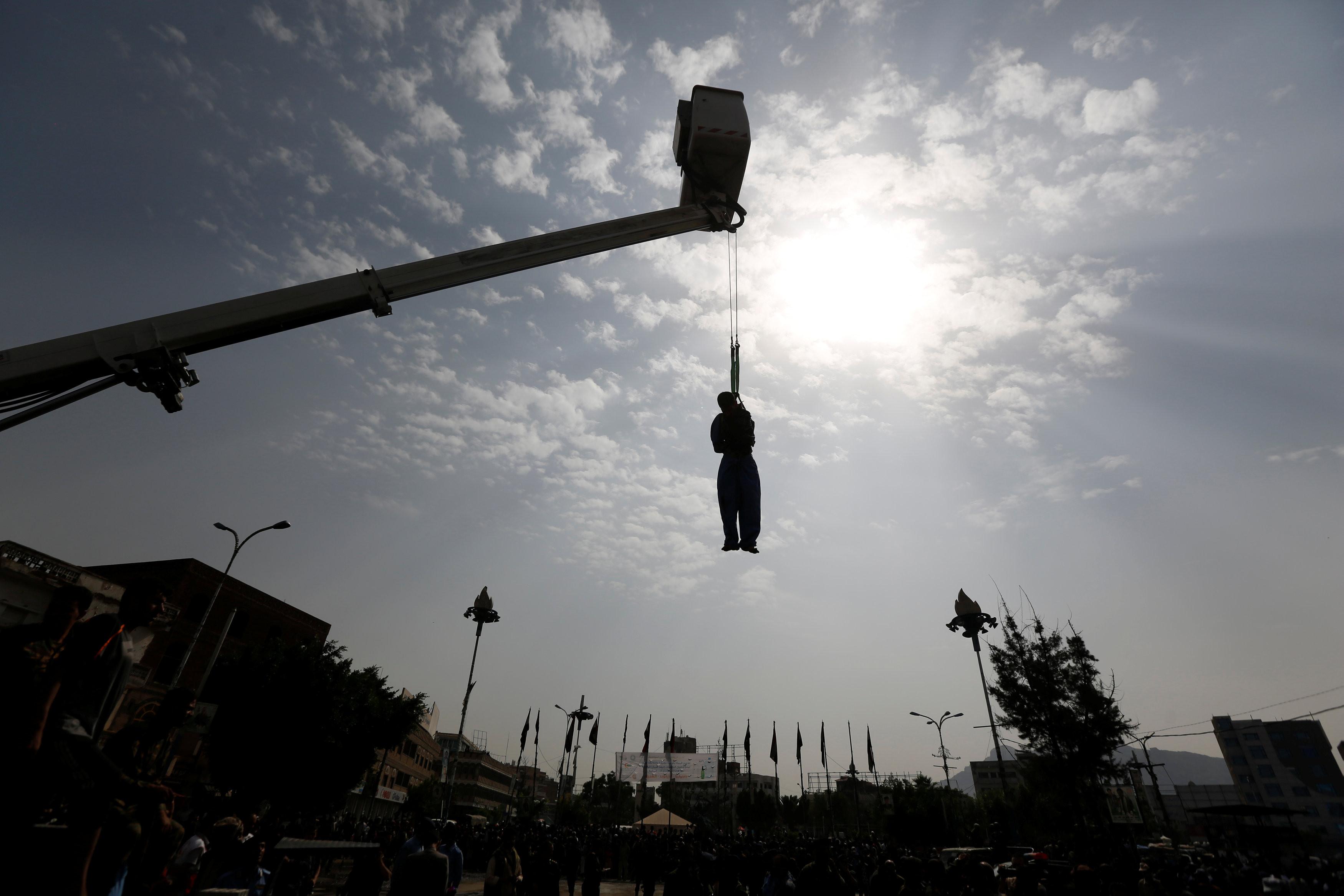 葉門22歲男子阿薩凱特(Hussein al-Saket)性侵殺害一名4歲女童,被公開槍斃,且屍體遭起重機吊在半空中。(圖/CFP)