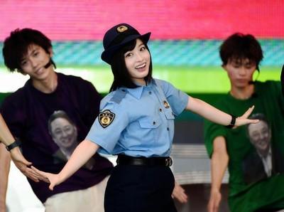 橋本環奈穿「警察制服」亮相,但往小腿一瞥…她被劇組害慘了