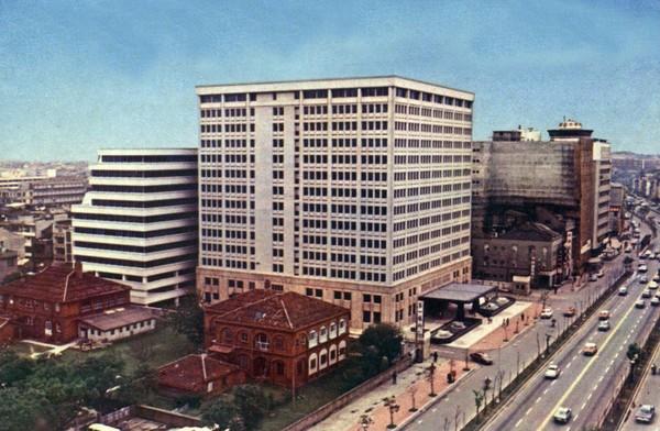 剛完工時,嘉新大樓是中山北路最氣派的商辦大樓。(嘉泥提供)