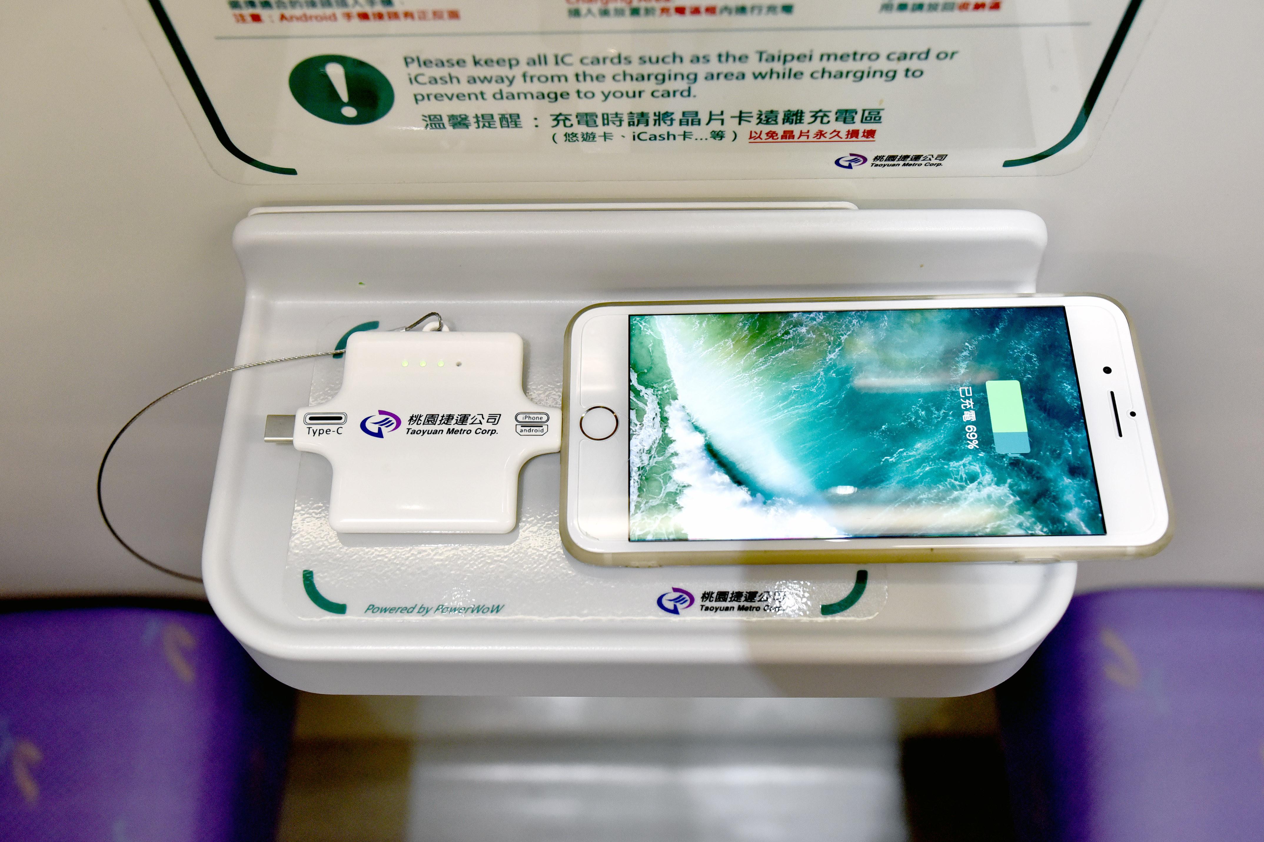 ▲不怕手機沒電!機捷直達車有無線充電,任何型號手機都適用。(圖/桃捷提供)