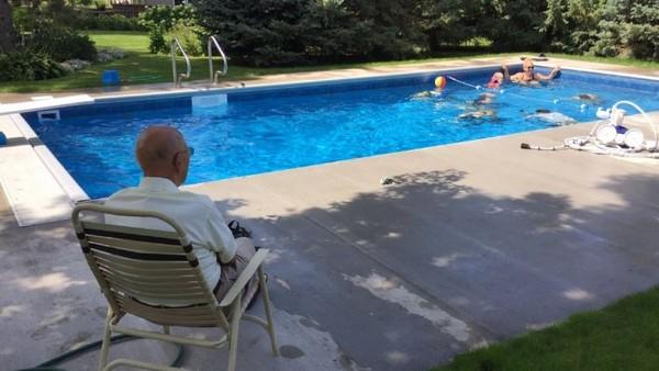 ▲爺爺每天都被笑聲包圍,過得比以前快樂。(圖/翻攝自推特/Boyd Huppert)