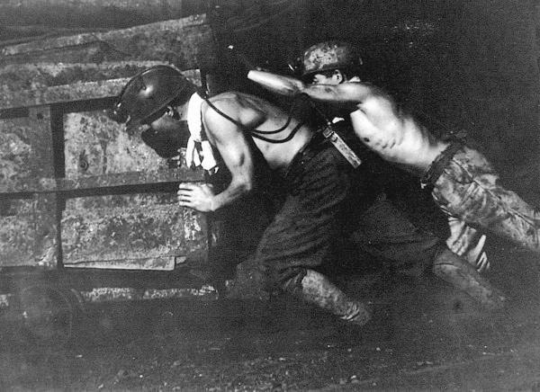1945年二戰期間,朝鮮人被強徵至軍艦島當礦工,遭受諸多不平等的虐待。(翻攝自網路)