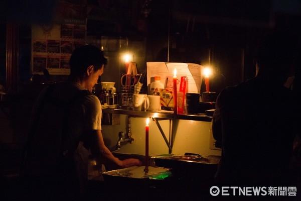 ▲▼全台大停電,跳電,南門市場停電,店家生意受影響,蠟燭,手電筒,照明,摸黑做生意。(圖/記者季相儒攝)