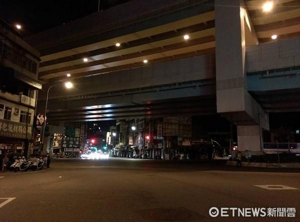 ▲▼815全台停電,台北市八德路漆黑。(圖/記者戴榕萱攝)