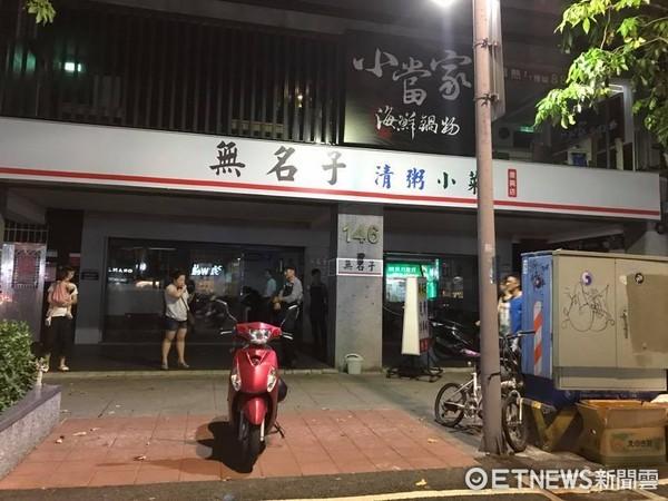 ▲▼815全台停電,台北市復興北路摸黑吃飯。(圖/記者洪聖壹攝)