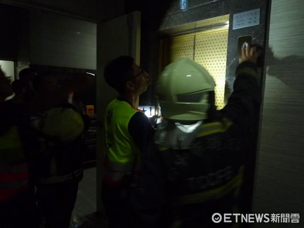 ▲台中市停電,消防隊獲報108件電梯受困案。(圖/記者莊智勝翻攝)