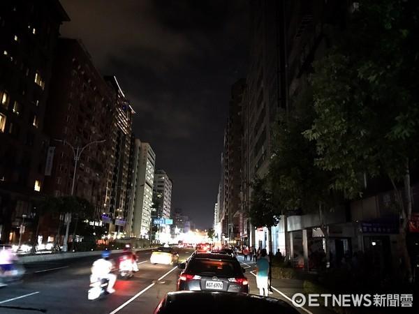 ▲▼815大停電,南京東路對街兩樣情。(圖/網友提供)