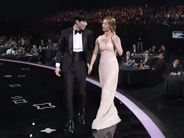 ▲《請回答1988》柳俊烈與惠利參加頒獎典禮,牽手畫面自然。(圖/翻攝自YouTube tvN)