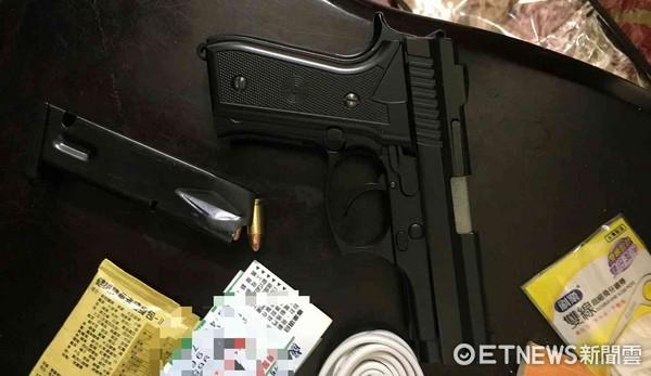 ▲張姓傷害通緝犯,不滿遭按喇叭亮槍威嚇,被警方緝獲,起獲仿915模型槍1把及子彈等證物。(圖/記者林悅翻攝)