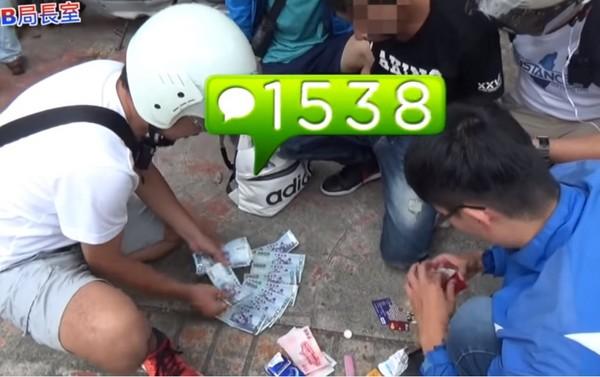 警逮詐騙車手當面秒點3萬贓款 網:快被那數錢配樂笑死!(圖/翻攝自TCPB 局長室臉書)