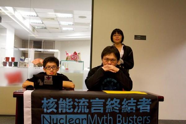 ▲▼黃士修(圖右前)是臺灣核能流言終結者創辦人。(圖/黃士修授權提供,請勿隨意翻拍,以免侵權)
