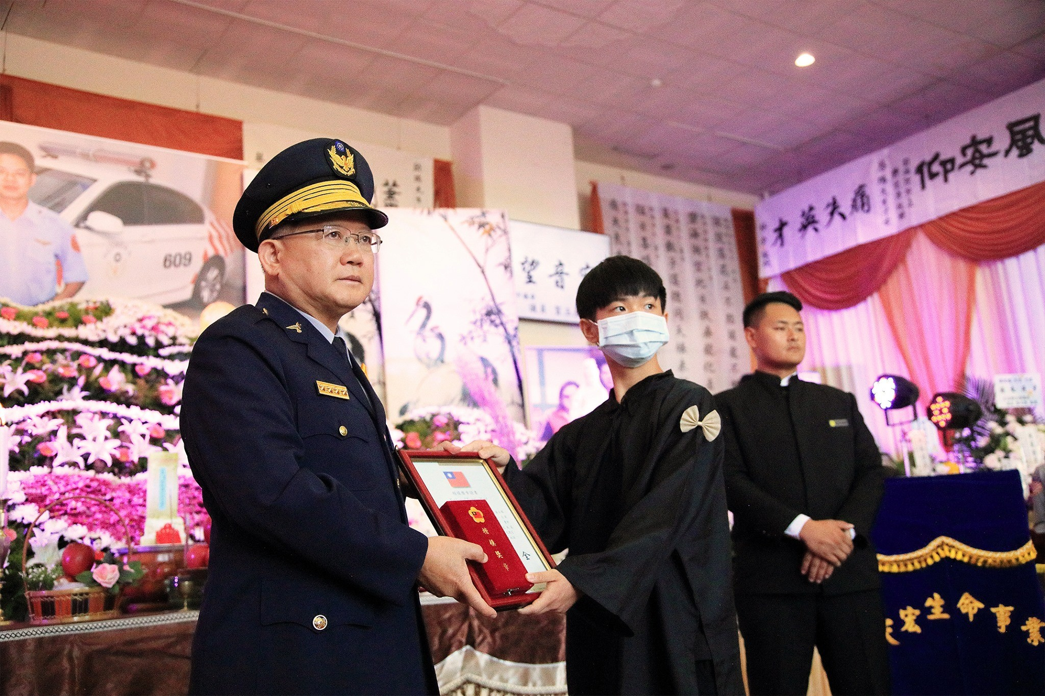 警政署長陳國恩出席國道警察陳啟瑞的告別式。(圖/翻攝「NPA 署長室」臉書粉專)