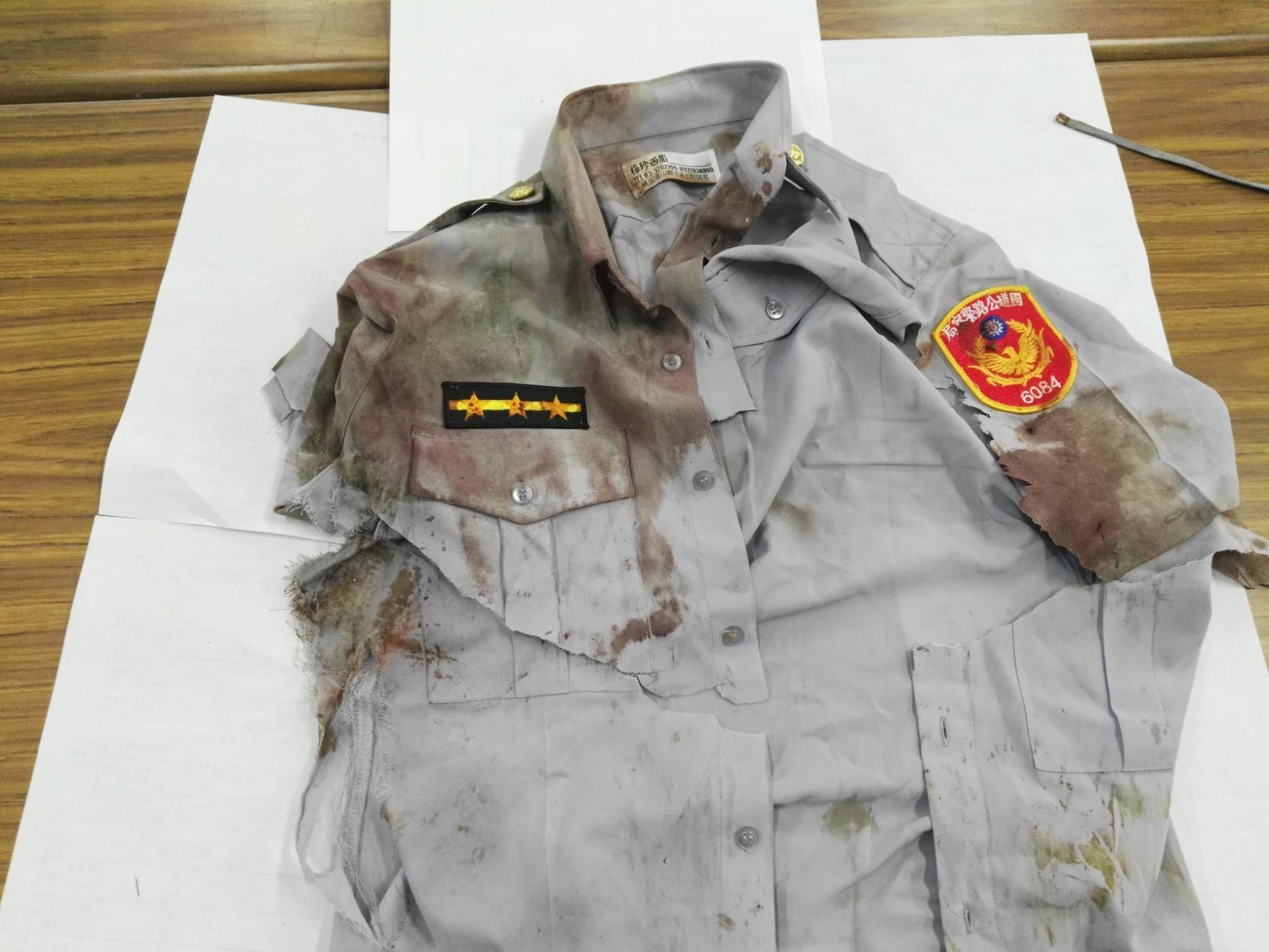同袍PO出國道警察陳啟瑞的血衣。(圖/翻攝「爆料公社」臉書社團)