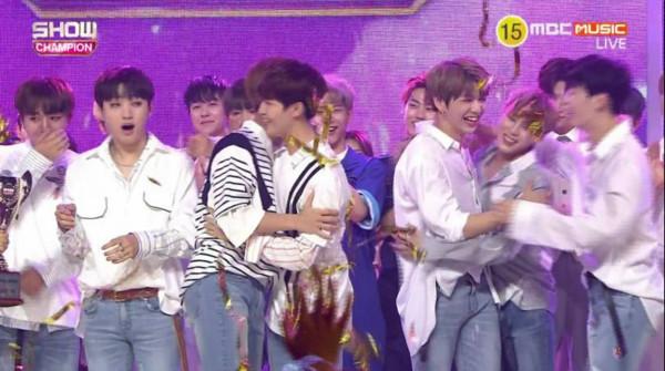 Wanna One哭到妝花行大禮跪謝! 冠軍搶贏對手EXO、少時(圖/翻攝自Show Champion直播)