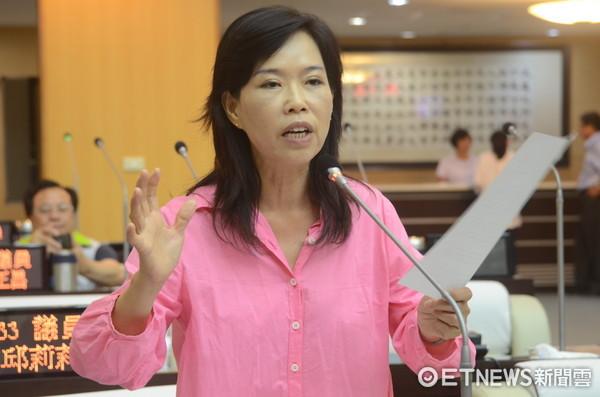 ▲警察摸黑指揮交通,台南市議員林美燕請命更新設備。(圖/記者林悅攝)