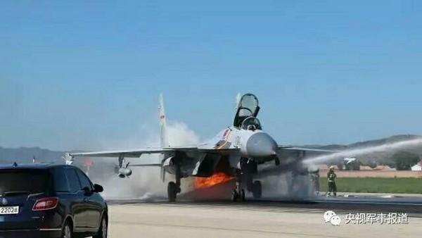 中國官媒再次披露,殲-15在起飛不到1分鐘遭鳥群撞擊,導致左側發動機起火。所幸飛行員在各方的合作下成功以低高度單發迫降成功。(圖/翻攝自央視軍事報道)