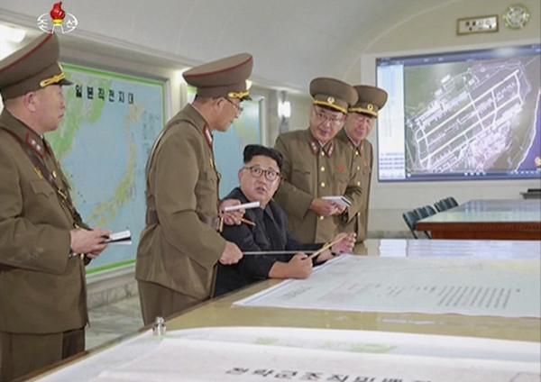 ▲▼金正恩視察「朝鮮人民軍戰略司令部」,聽取攻打關島計畫。(圖/達志影像/美聯社)