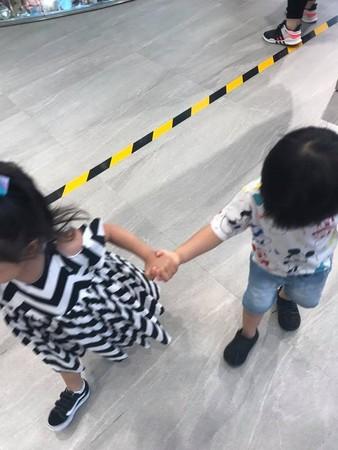 ▲▼Star和女童兩小無猜。(圖/翻攝自李易臉書)