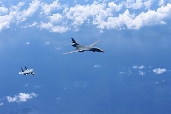 ▲▼美軍派2架B-1B「槍騎兵」 赴釣魚台附近與日F-15一同訓練!。(圖/翻攝自美國太平洋空軍司令部官網)