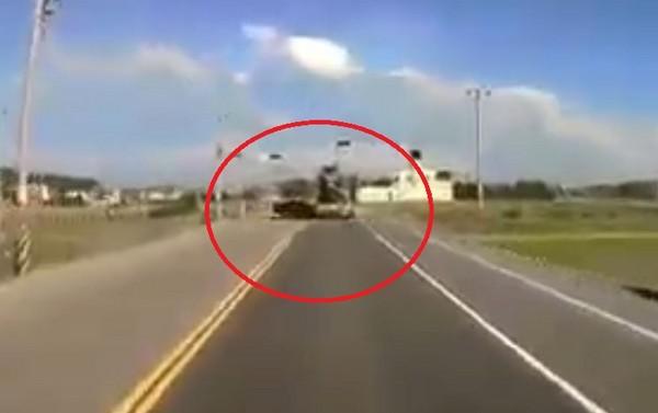 ▲轎車速度之快,路口撞上混凝土車。(圖/翻攝自爆料公社)