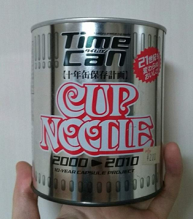 相約國中同學吃「17年前泡麵」 蝦米已無色...但每一口都是回憶(翻攝自推特@hyenasclubs)