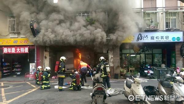 ▲卡拉OK店起火30坪店面全燒毀,警消20分鐘內撲滅火勢。(圖/記者柳名耕翻攝)
