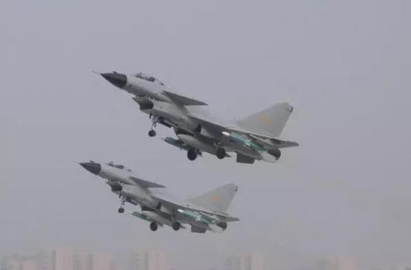 中國官方發表殲-10戰鬥機起飛前往泰國,參與中泰空軍「鷹擊-2017」聯合訓練照片。(圖/翻攝自中國空軍微信「大國之翼」)