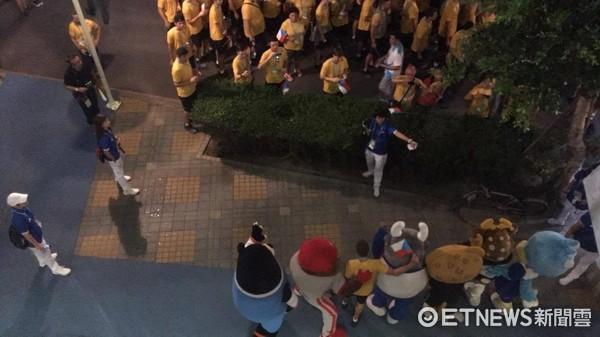 ▲捷克選手與UBA吉祥物合照、觀眾以手機燈光迎接選手進場。(圖/記者林育正攝)