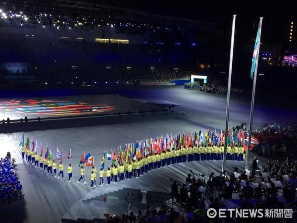 ▲▼台北世大運開幕典禮,受到反年改團體鬧場影響,選手被擋在外面無法進場。(圖/本報攝影團隊攝)