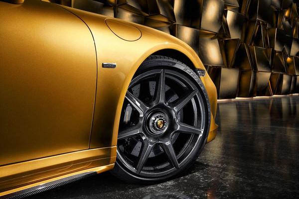 ▲18公里「細絲」織成車輪?保時捷推碳纖維輪圈選配。(圖/翻攝自Porsche)