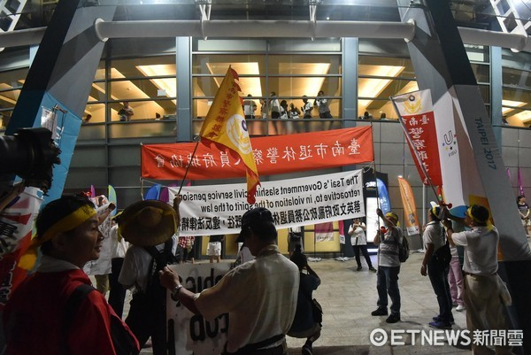 ▲▼反年改團體試圖衝進台北世大運開幕式台北田徑場會場。(圖/記者李毓康攝)