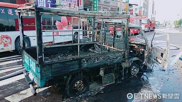 ▲桃園市龜山區「火燒車」意外,小貨車與一機車全毀。(圖/消防局提供)
