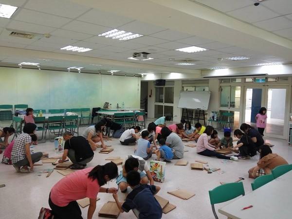 ▼到斗六繪本館提供蝙蝠屋DIY教學。(圖/館長張恒嘉提供)