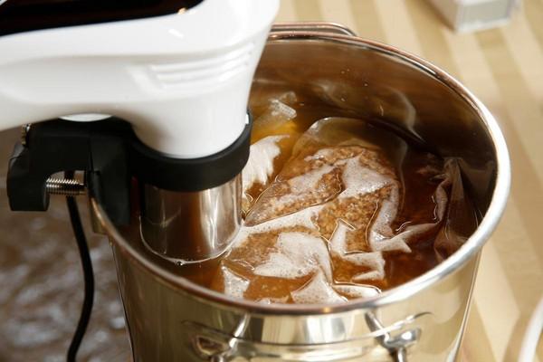 倒水後用舒肥機熬煮麥芽,使其糖化。沒有舒肥機者,也可用瓦斯爐熬煮。