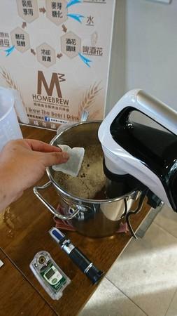 麥汁煮滾後,加入啤酒花,苦味啤酒花煮1小時,香味啤酒花煮5分鐘。