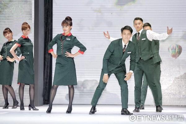 ▲▼長榮航空「揮別747精彩 新制服心領航」記者會,新制服照片。(圖/記者林世文攝)