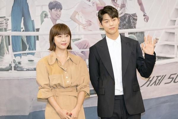 韓劇《醫療船》舉行新戲記者會,河智苑(左)搭配CNBLUE姜敏赫,男帥女美吸眼球。